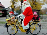 Weihnachtsmann auf Fahrrad. Quelle: ap