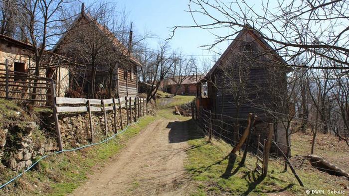Prije rata Daljegošta je brojala oko 700 stanovnika u 120 domaćinstava. Danas su ovdje stalno naseljena 22 Bošnjaka i oko dvadeset Srba, koji su i prije tu živjeli.