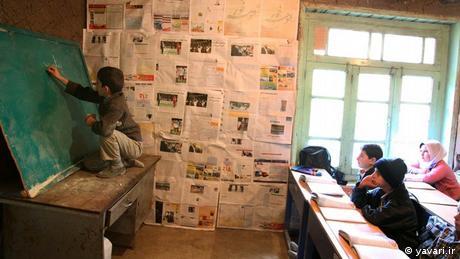 ক্লাশরুমের টেবিলের ওপর কাত করা ব্ল্যাকবোর্ড