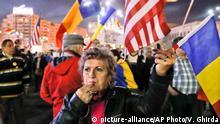 05.03.2017 Regierungsgegner protestieren am 05.03.2017 in Bukarest (Rumänien) gegen die Regierung von Ministerpräsident Grindeanu. Tausende Rumänen haben am Sonntagabend erneut gegen die sozialliberale Regierung demonstriert, der sie vorwerfen, den Kampf gegen die Korruption behindern zu wollen. Foto: Vadim Ghirda/AP/dpa +++(c) dpa - Bildfunk+++
