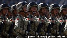 China Soldaten (picture-alliance/dpa/EPA/R. Dela Pena)