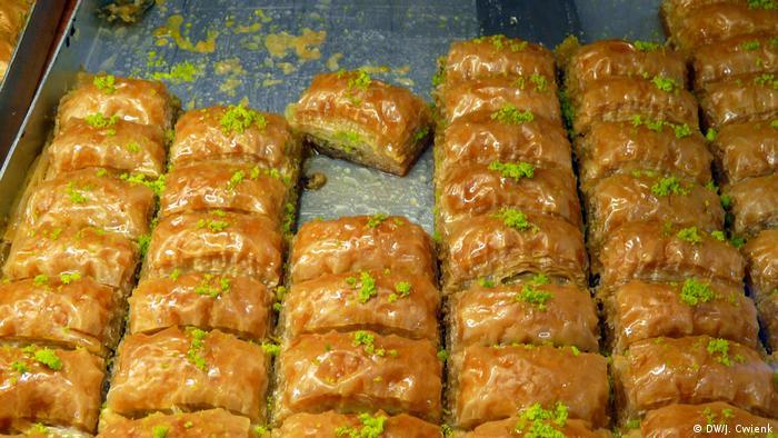 Deutschland Süßigkeiten in türkischem Supermarkt in Köln Ehrenfeld (DW/J. Cwienk)