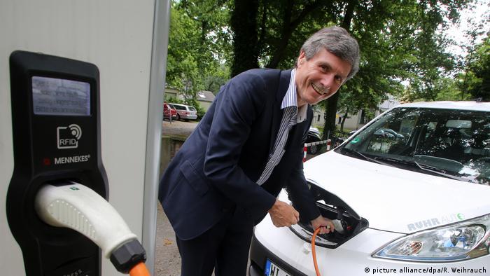Deutschland Autospezialist Prof. Ferdinand Dudenhöffer an einer Stromtankstelle