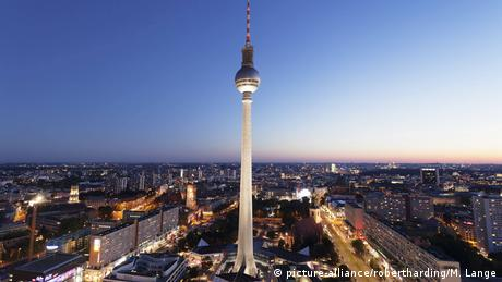 View from Hotel Park Inn over Alexanderplatz Square, the Berliner Fernsehturm TV Tower at night (picture-alliance/robertharding/M. Lange)