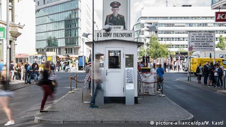 Berlin Sehenswürdigkeiten Checkpoint Charlie (picture-alliance/dpa/W. Kastl)