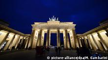 Hell angestrahlt ist das Brandenburger Tor in Berlin am Abend des 26.02.2017. Foto: Maurizio Gambarini/dpa   Verwendung weltweit