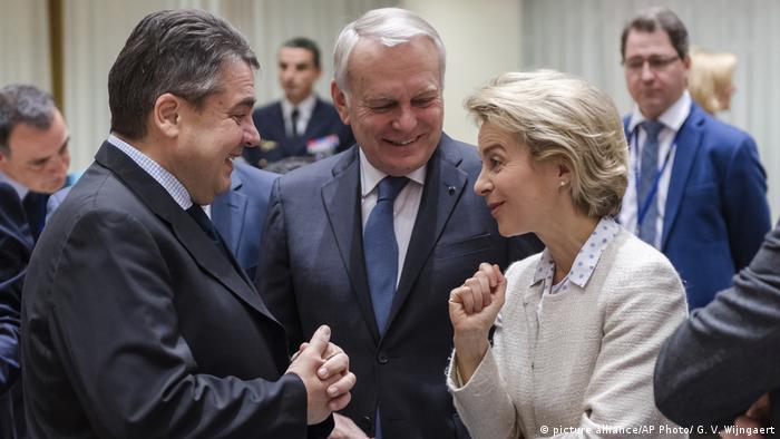 Belgien Sigmar Gabriel, Ursula von der Leyen, Jean-Marc Ayrault (picture alliance/AP Photo/ G. V. Wijngaert)