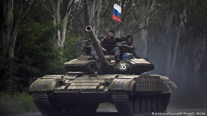 Танк пророссийских сепаратистов с флагом РФ близ Донецка (фото из архива)