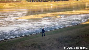 Человек, гуляющий по берегу Днестра
