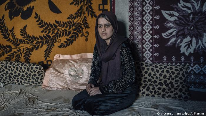 woman with headscarf kneeling on cushions (picture-alliance/dpa/A. Martins)