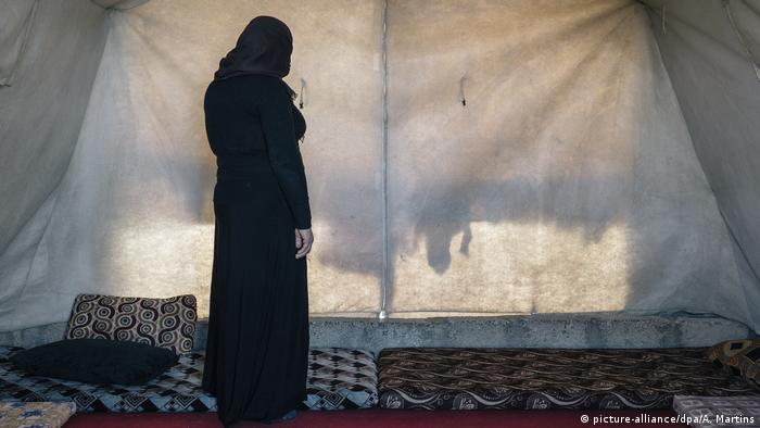 Refugee woman in a tent in Iraq (picture-alliance/dpa/A. Martins)