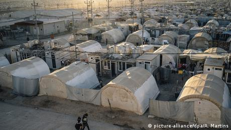 Refugee camp in Iraq, rows of huts (picture-alliance/dpa/A. Martins)