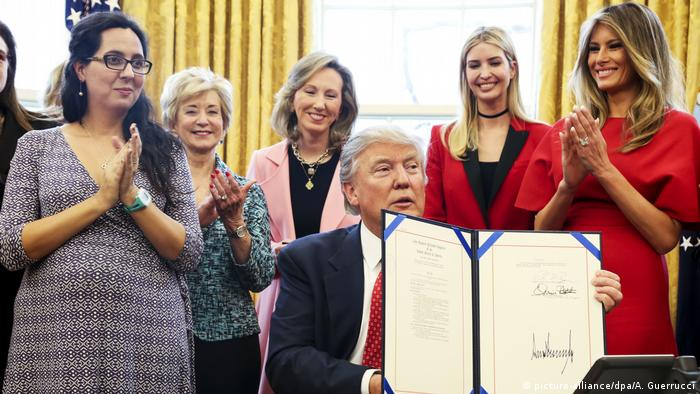 United States President Donald Trump shows the H.R. 255 executive to increase women's participation in STEM fields through programs at NASA and the National Science Foundation (picture-alliance/dpa/A. Guerrucci)