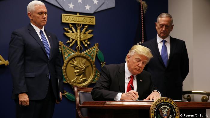 USA Trump signiert Durchführungsbeschluss zum Einreiseverbot (Reuters/C. Barria)