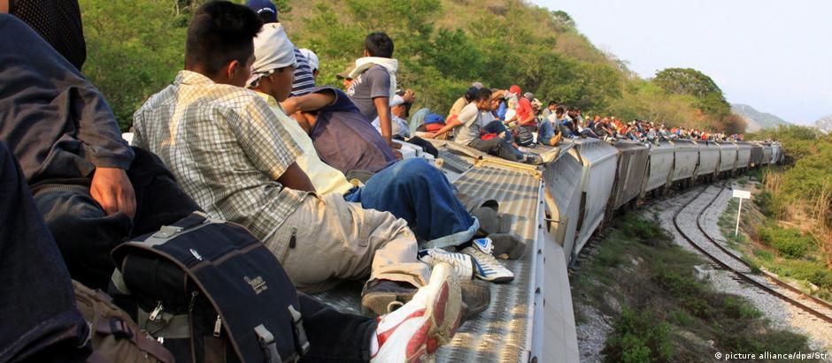 Migrantes viajam no teto de um trem no México: muitos morrem a caminho dos EUA