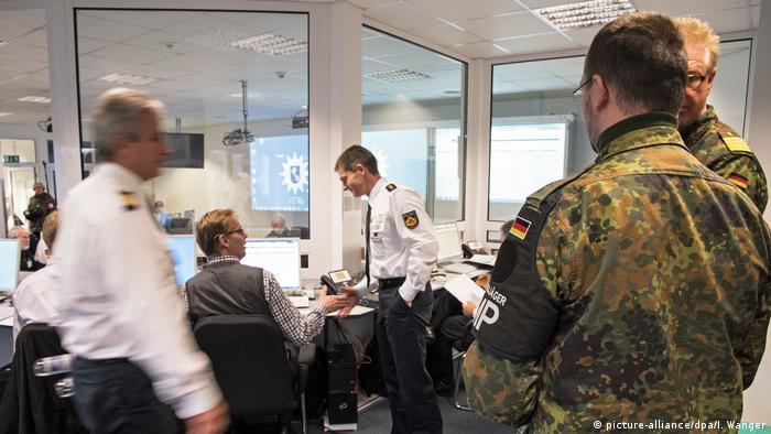 Deutschland Bremen - Polizei übt den Terrorfall mit der Bundeswehr