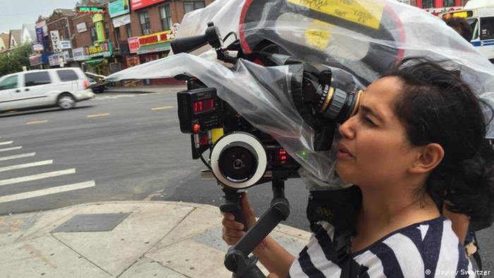 """Nausheen Dadabhoy es una camarógrafa estadounidense-paquistaní y ha participado en producciones cinematográficas exitosas. Solo un dos por ciento de las camarógrafas son mujeres. """"Sería tan importante mostrar la vida más desde la perspectiva de una mujer, dice."""