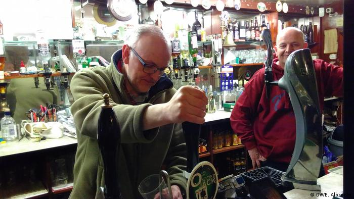 Andy Pickering toči pivo