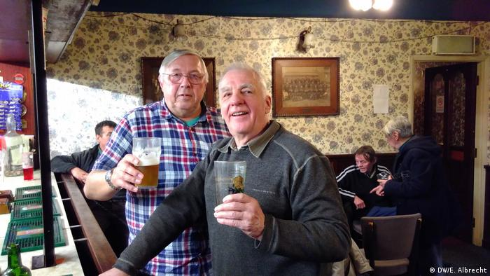 Bill Lawrence i njegov susjed za šankom u pubu