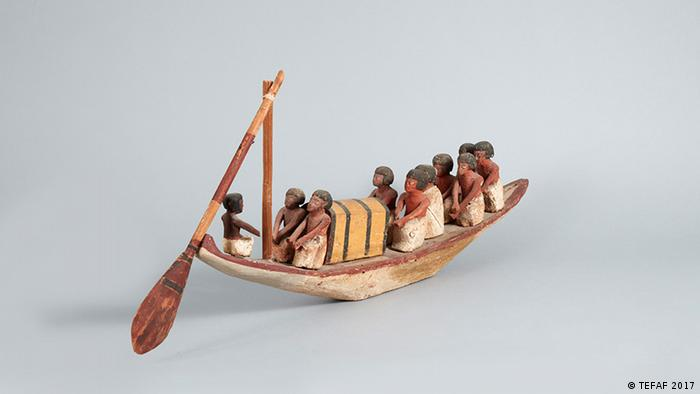 A boat heads to a funeral in Egypt Foto: TEFAF 2017
