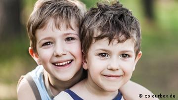 Zwei kleine Jungen schauen in die Kamera