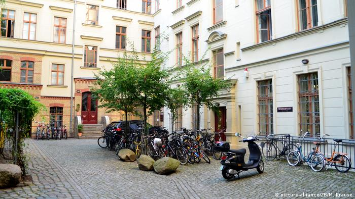 Courtyard in a housing complex in Prenzlauer Berg (picture-alliance/ZB/M. Krause)