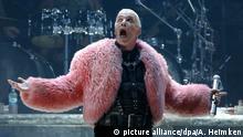 Till Lindemann, Sänger der Band Rammstein steht beim Wacken Open-Air Festival (WOA) am 01.08.2013 im schleswig-holsteinischen Wacken auf der Bühne. Noch bis zum Wochenende werden mehr 75.000 Heavy-Metal Fans in der 1.800-Seelen-Gemeinde erwartet. Foto: Axel Heimken/dpa   Verwendung weltweit