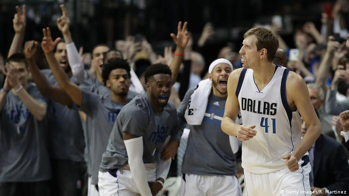 Dirk Norwitzki scoring his 30,000 points (Getty Images/R. Martinez)