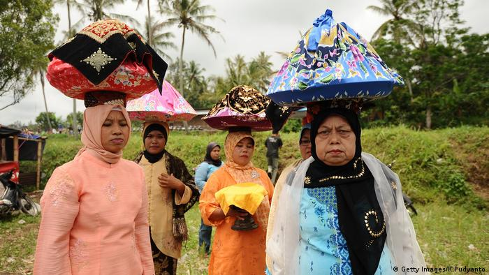 Indonesien traditionelles Kuhrennen Frauen Minangkabau (Getty Images/R.Pudyanto)