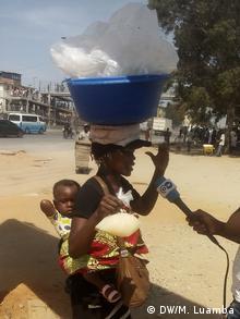 Angola Straßenverkäuferin in Luanda