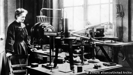 Marie Curie in her lab (Photo: picture alliance/United Archiv)