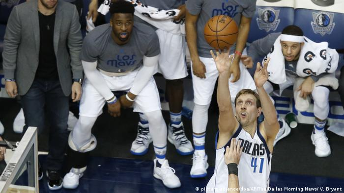 Dirk Nowitzki has enjoyed a longer career than most. (picture-alliance/dpa/AP/The Dallas Morning News/ V. Bryant)