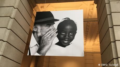 Η Κολμπλ φωτογραφίζει σειρές θεμάτων, οι οποίες βρίσκονται για αρκετό διάστημα στην επικαιρότητα. Στο μουσείο Τηλεπικοινωνιών του Βερολίνου μπορεί να δει κανείς κι άλλες εικόνες της φωτογράφου υπό τον τίτλο «Σιωπηλή επιστολή». Μία παρακίνηση για ένα φιλικό διάλογο με τους πρόσφυγες. Η έκθεση «Πρόσφυγες» φιλοξενείται στο Σπίτι της Λογοτεχνίας στο Μόναχο. Έπειτα θα «ταξιδέψει» στη Νέα Υόρκη.