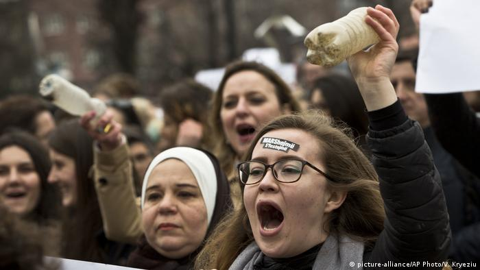 Internationaler Frauentag in Prishtina (picture-alliance/AP Photo/V. Kryeziu)