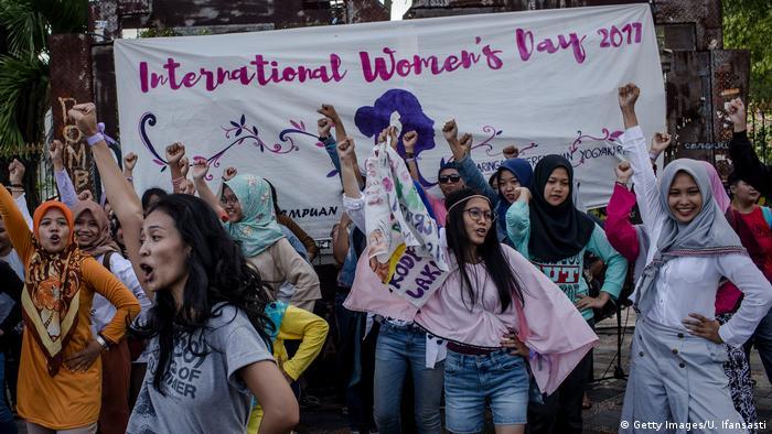 حجاب در اندونزی که بیشترین جمعیت مسلمان در کشورهای اسلامی را دارد، تحمیلی نیست. به تازگی در استان آچه حجاب برای کارمندان و مهمانداران زن الزامی شده اما طبق قوانین سراسری، حجاب مقولهای اختیاری است و بخش بزرگی از زنان اندونزیایی تنها هنگام نماز حجاب دارند. هیچ میهمان خارجی موظف نیست در این کشور روسری سرش کند.