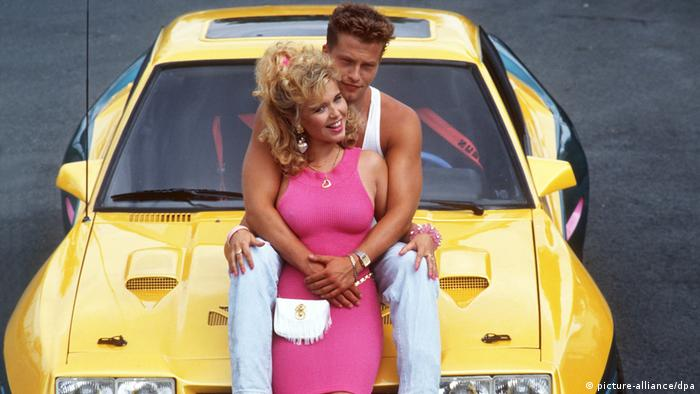 A young couple sitting on a yellow Opel in Manta, Manta (picture-alliance/dpa)
