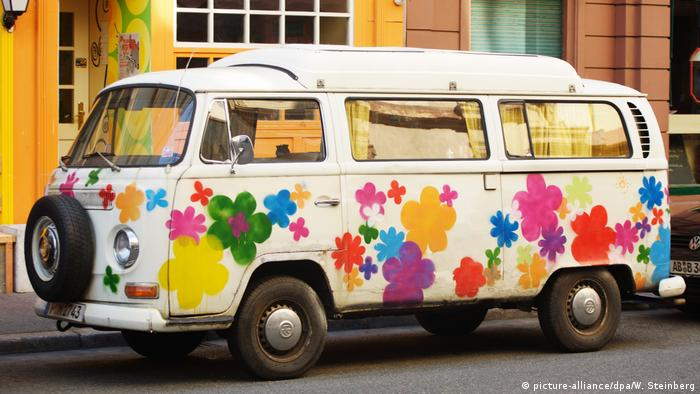 Flower-Power VW-Bus (picture-alliance/dpa/W. Steinberg)