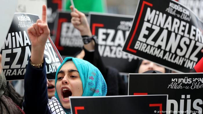 Turkish women shout slogans against Israel as they hold Palestinian flags and placards reading 'Azans (the Islamic call to prayers) will not be stopped in Jerusalem' during a demonstration in front of Israeli Consulate in Istanbul (picture-alliance/dpa/T. Bozoglu)