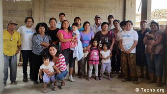 Grupo de trabajo en un asentamiento informal en Perú.