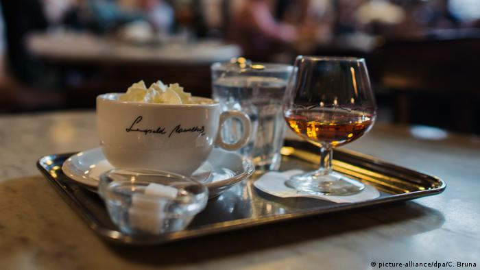 Coffee in a Viennese coffee house (picture-alliance/dpa/C. Bruna)