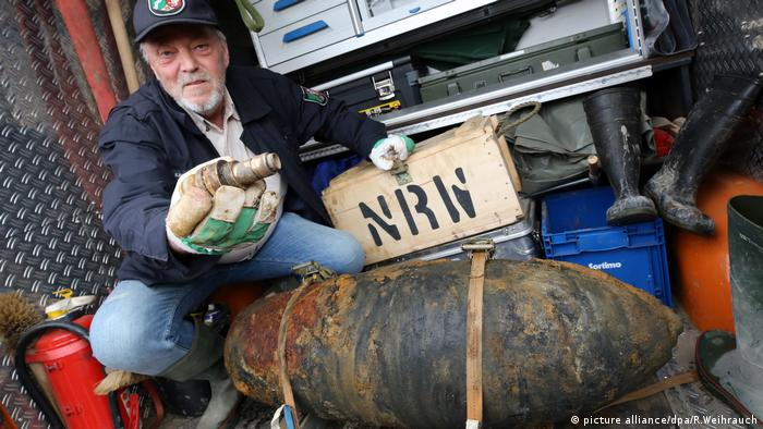 Bomb expert displaying the device (picture alliance/dpa/R.Weihrauch)