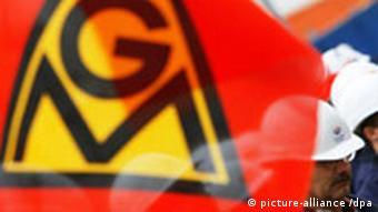 Warnstreik IG Metall in Wismar Logo auf Fahne