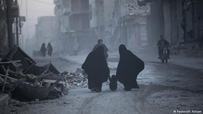 Syrien Frauen mit Kind in Al-Bab (Reuters/K. Ashawi)