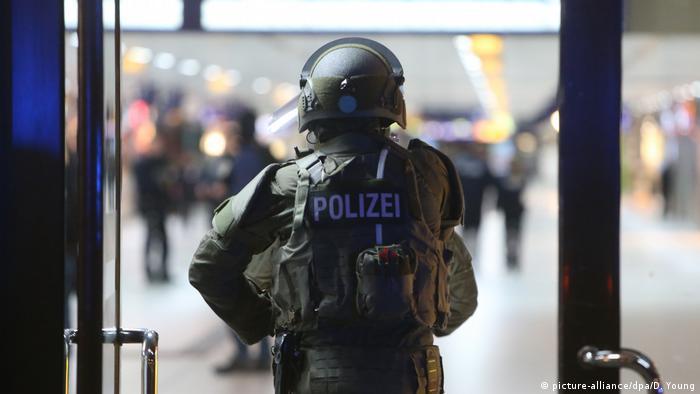 Verletzte bei Axt-Attacke im Düsseldorfer Hauptbahnhof (picture-alliance/dpa/D. Young)