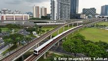 ARCHIV 2016***** Singapore Mass Rapid Transit (SMRT) trains ply along lines at the Jurong East interchange (back R) in Singapore on July 18, 2016. / AFP / ROSLAN RAHMAN (Photo credit should read ROSLAN RAHMAN/AFP/Getty Images)