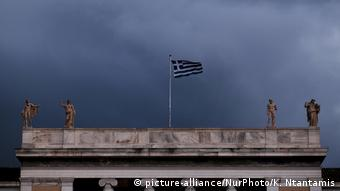 Greece - dark clouds hang over Athens (picture-alliance/NurPhoto/K. Ntantamis)