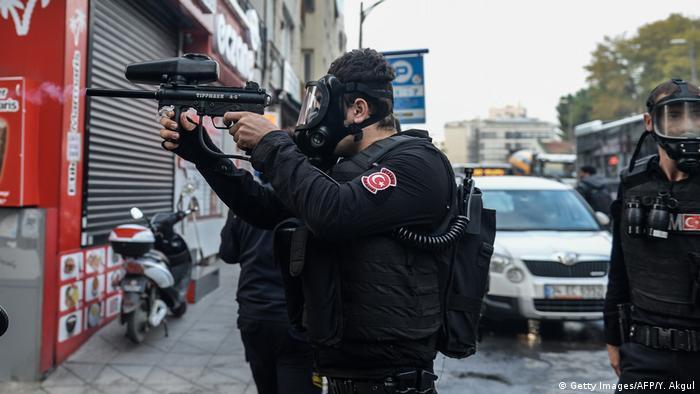 Türkei Polizisten bei einer Demo in Istanbul