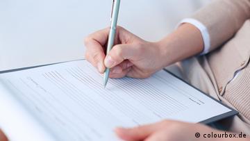 Eine Frau füllt ein leeres Formular aus