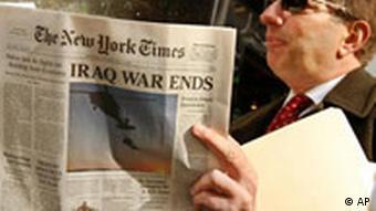 Ein Mann liest die Fake-Ausgabe der New York Times, die im November erschien