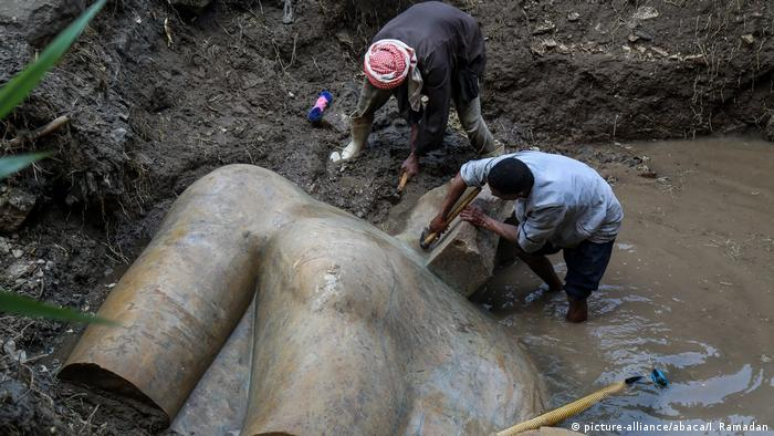 A colossal ancient statue uncovered in 2017 in Heliopolis, Egypt (picture-alliance/abaca/I. Ramadan)